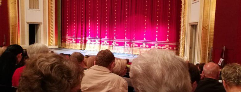 Seniorzy na Poznańskiej Gali Operetkowej w Teatrze Wielkim